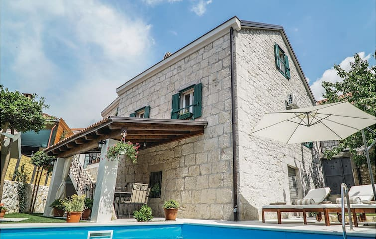 Holiday cottage with 3 bedrooms on 194m² in Imotski