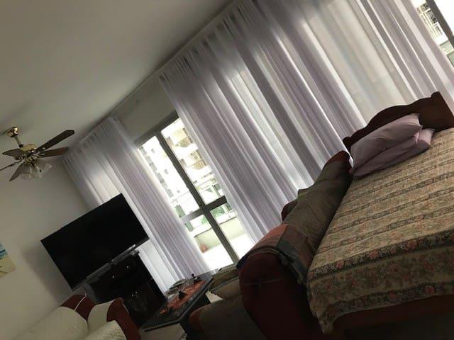 Sala de estar com novas cortinas e novas capas de sofá