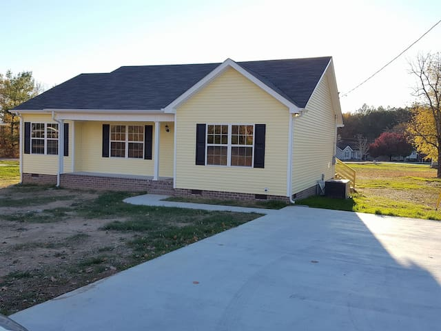 1 Bed, 1 Bath, Kitchen and Close to Bonnaroo