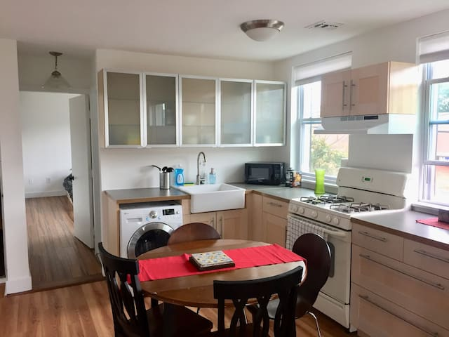 Beautiful 1 Sunny apt. in Heart of Queen's Village