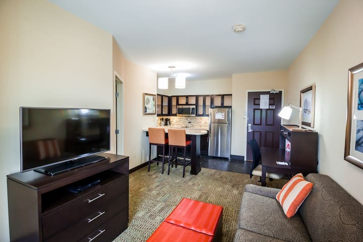 Cozy King Suite   Seasonal Outdoor Pool, 24-Hour Business Center and Fitness Center