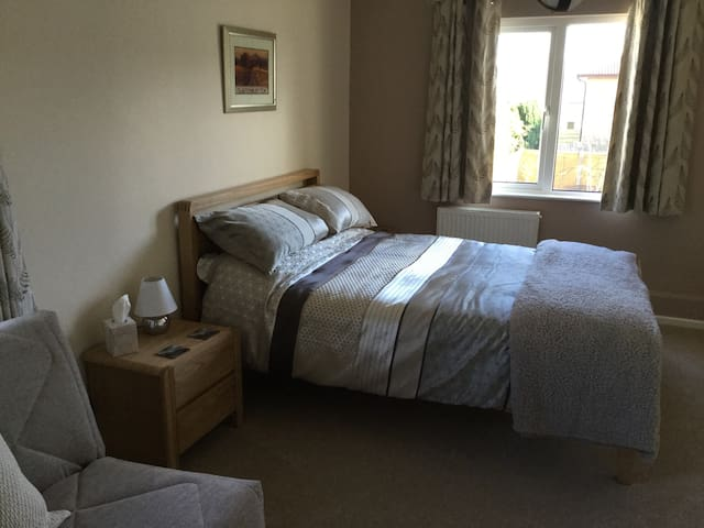 Quiet ensuite double/family room with rural views