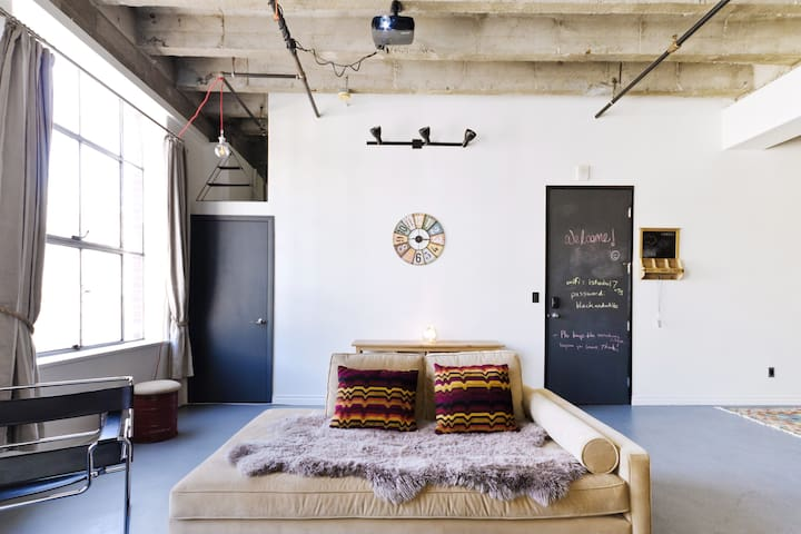 Cozy, Artistic Downtown Loft