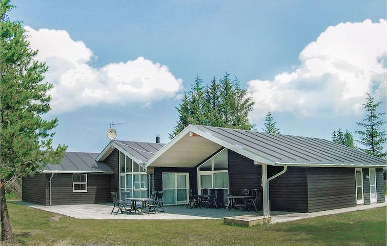 Holiday cottage with 4 bedrooms on 230m² in Bindslev