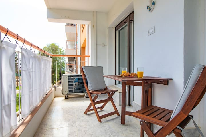 Close to the beach in quiet area with wifi and air con