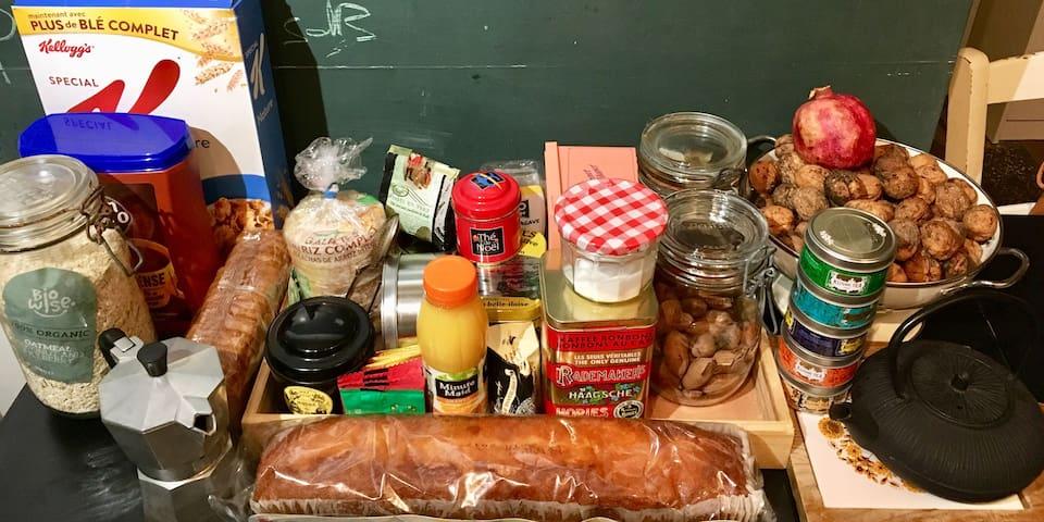 Petit déjeuner complet thé, café, lait, jus d'orange, confitures beurres en fonction des courses etc.