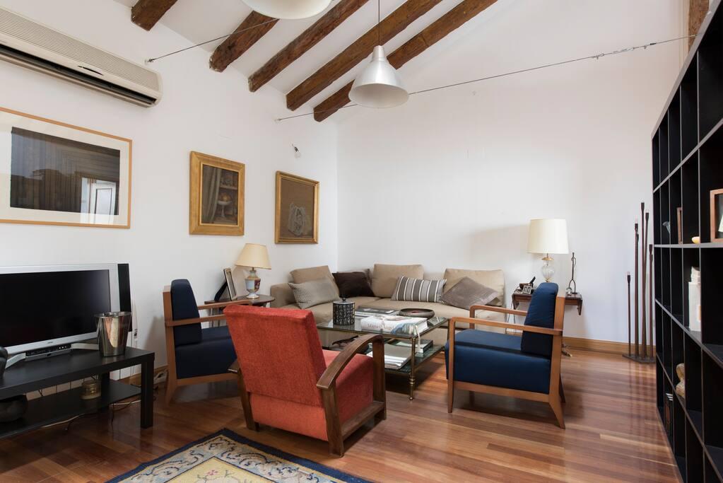 El sofá cama, con un lateral tipo chaise longue, se abre formando una cómoda cama para dos personas más, además del dormitorio con cama doble.