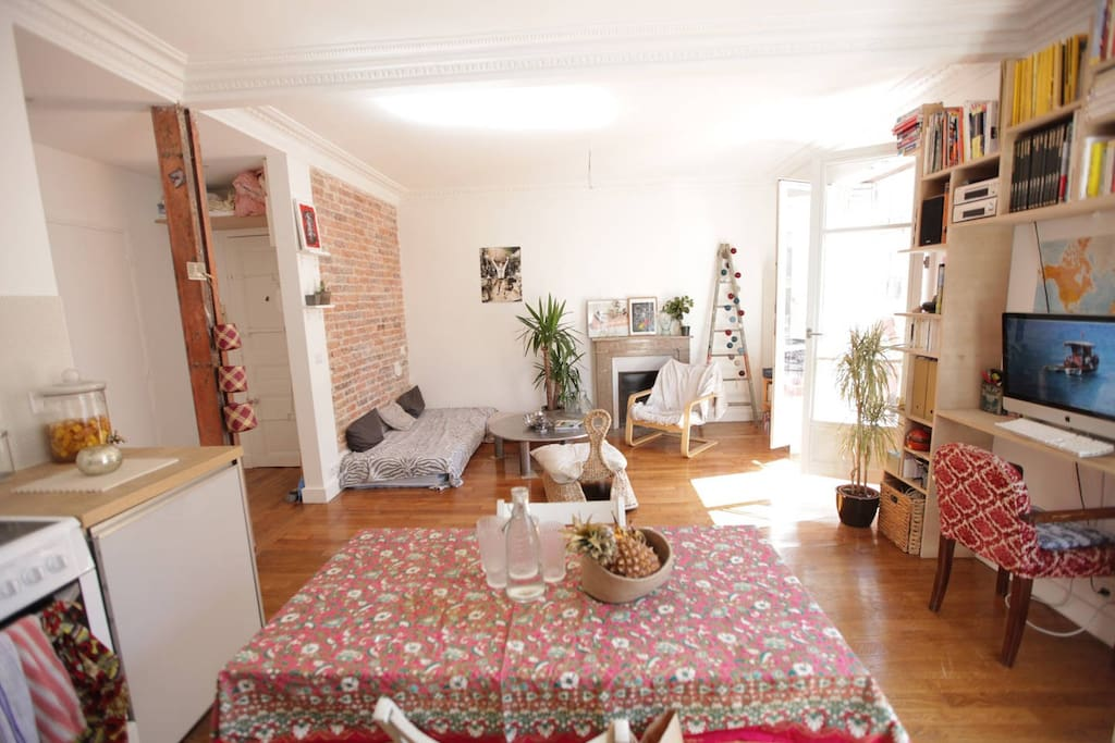 Apt atypique ensoleill balcon appartements louer for Appartement atypique a louer paris