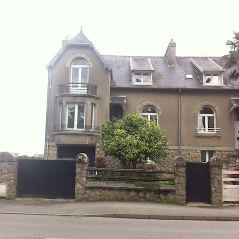 charmante maison de ville avec jardin clos - Lesneven - Casa