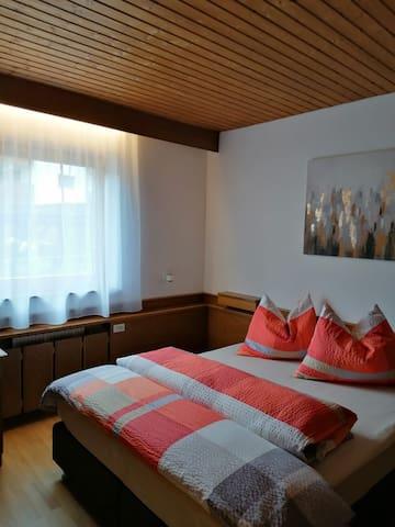 Schlafzimmer mit Boxspringbett (160 cm).