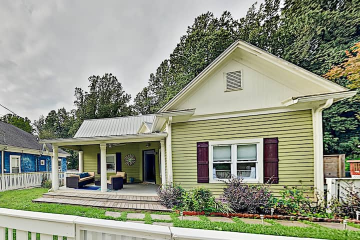 The Lime House w/ 2 Kitchens & Large Fenced Yards