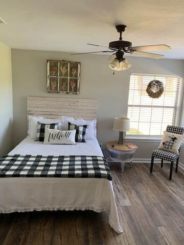 Queen bed mini-master.  Blk-n-Wht Buffalo theme with Private bathroom, essential toiletries provided.