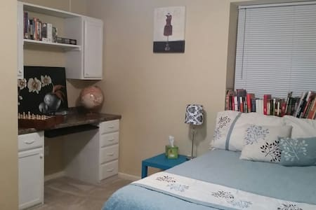 Clean, quiet 1BR with private bath & shower. - House