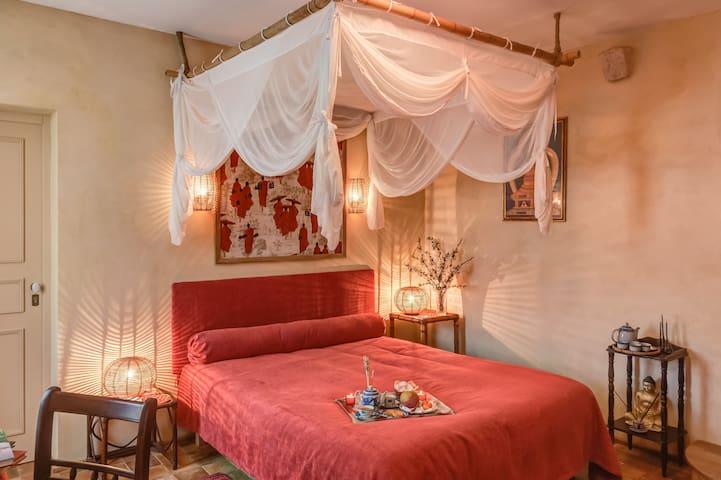 La chambre MEKONG, d'ambiance asiatique, vous ressourcera par son énergie apaisante, tirée des motifs de bonzes et de temples imprimés sur papiers peints et tissus, autant que par le confort de son lit en bambourecouvert d'une moustiquaire.