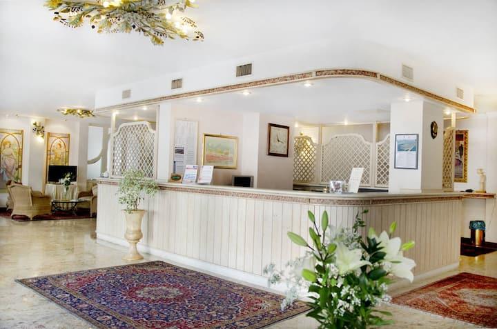 Camera doppia matrimoniale con colazione inclusa