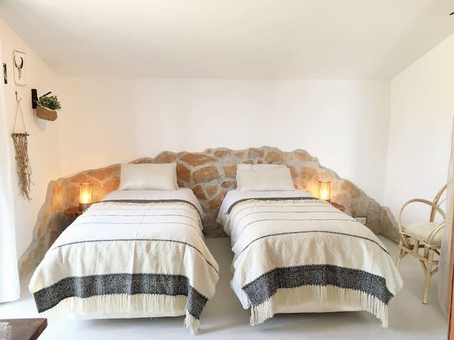 Slaapkamer met 2 aparte bedden en airco.