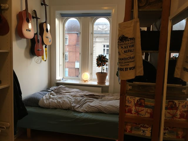 Room for two in big apartment in central Copehagen