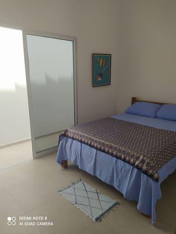 Quarto 2 - 1 cama de casal e 1 colchão de solteiro extra. Tem um banheiro próprio ao lado.