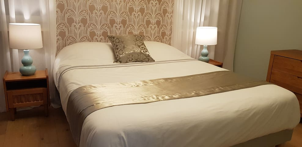 Comfy Queen Room with private Bathroom and Balcony