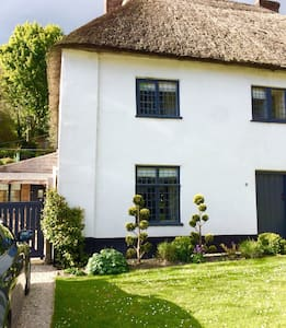 Listed, thatched, character cottage - Milton Abbas - บ้าน