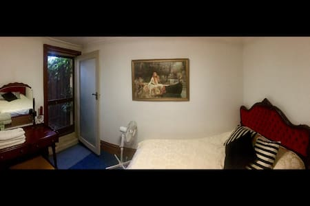 Cosy Baroque Boudoir in Electric Fitzroy - Carlton - Haus