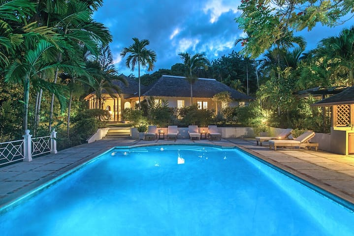 Almond Hill 4BR - Luxury villa, fully staffed, pool, resort membership, beach