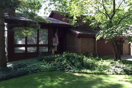 Contemporary home in Haslett, MI - Meridian charter Township - House