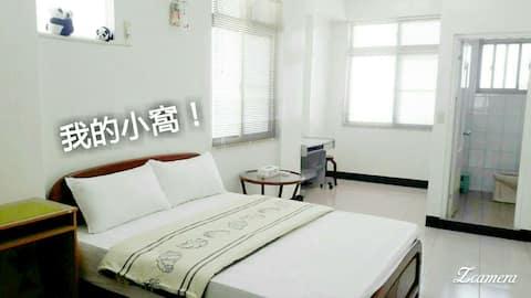 我的小窩-簡約雙人房。乾淨,整潔是我們持續追求的品質。3樓獨立空間,給您一個安靜,舒適的住宿環境。