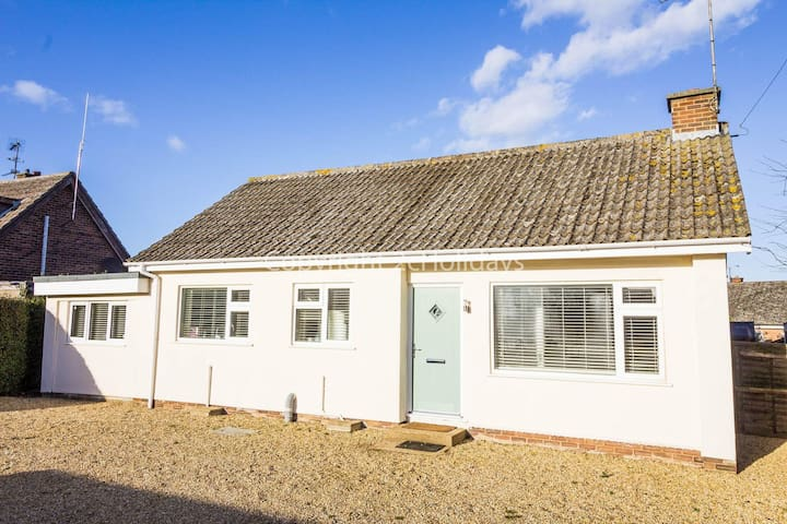 Stunning dog friendly Holiday cottage in beautiful Heacham, Norfolk ref 99015