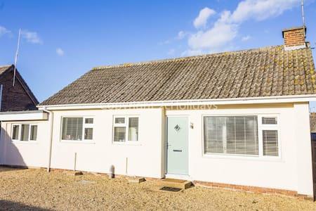 Stunning dog friendly Holiday cottage in beautiful Heacham, Norfolk ref 99015L