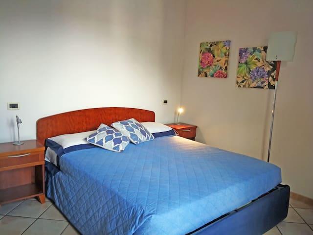 Camera da letto matrimoniale con letto singolo aggiunto