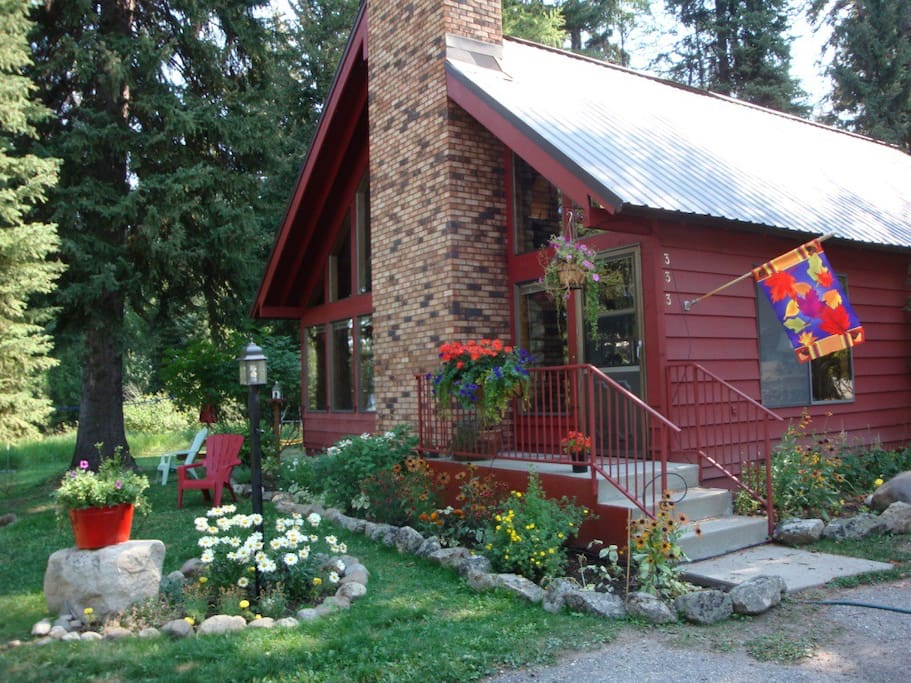 Host your family gathering at this large cabin. Park setting in the back yard.