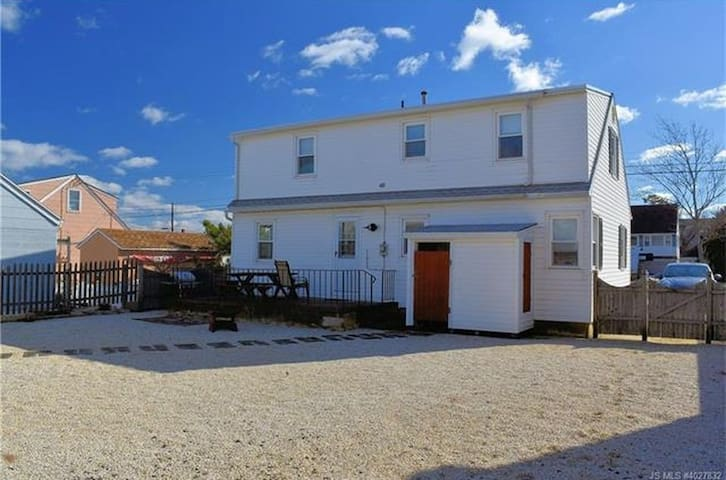 LBI Sunset Cape: sweet 4BR home by the bay & beach