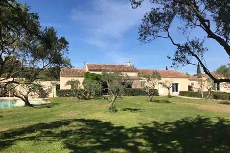 Spacieuse villa en Provence proche Avignon