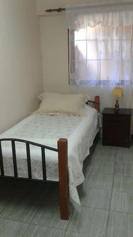 Single room 15 min fr Airport- 1 block from subway - Pudahuel - House