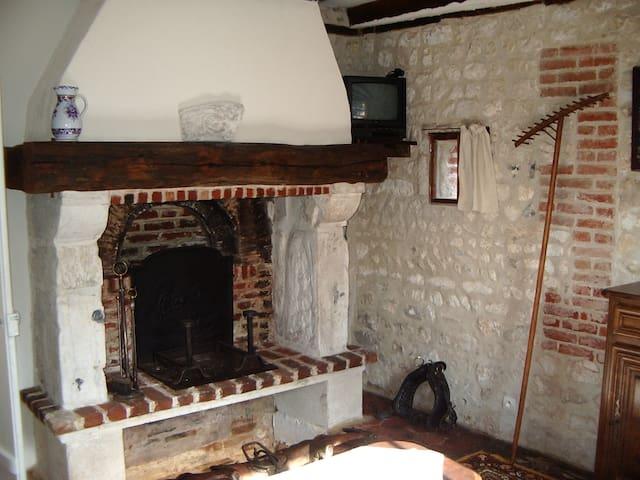 Une grande cheminée fonctionnant