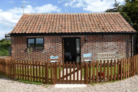 ⭐️Beautiful barn conversion ⭐️ 10  minutes walk to sandy beach ⭐️ wood burner ⭐️ secure garden ⭐️dog friendly