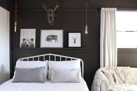 Backyard Bunkies -Mac- Romantic Modern Tiny Cabin