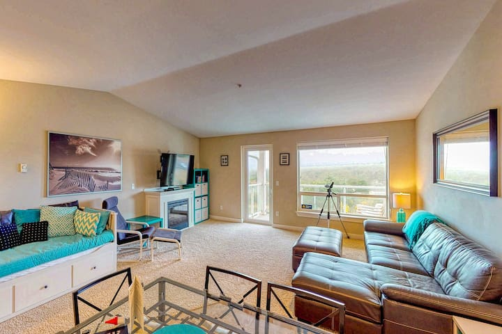 New Listing! Top floor condo w/ ocean, jetty & lighthouse views - dogs ok!