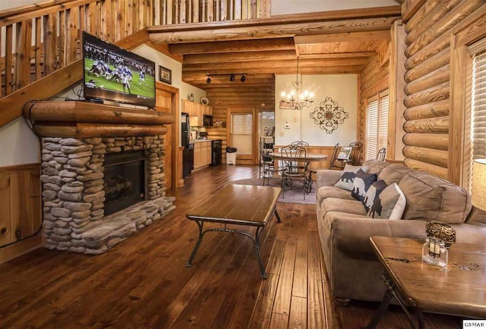 LuxuryCabinFireplaceArcadeGameWiFiCloseToDollywood
