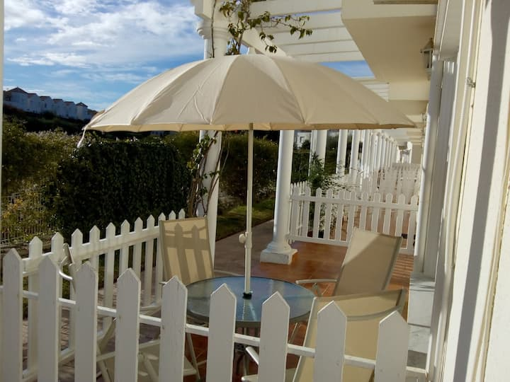 Delightful 2 bed town house 400metres to the beach