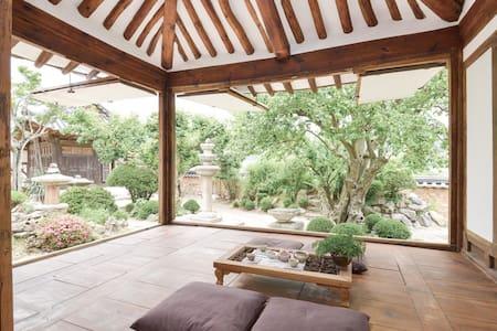 200년된 최부자고택 석등있는집 200yrs old traditional hanok 방1