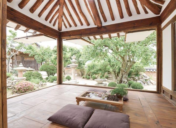석등있는집 (200년 최부자고택) 200yrs old traditional hanok 방1