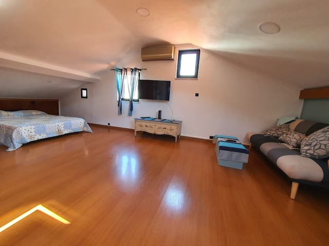 The living room and bedroom are in the same large division, this makes this house particularly airy and relaxed, perfect for a couple or friends! It has a double bed and a sofa that becomes a bed.