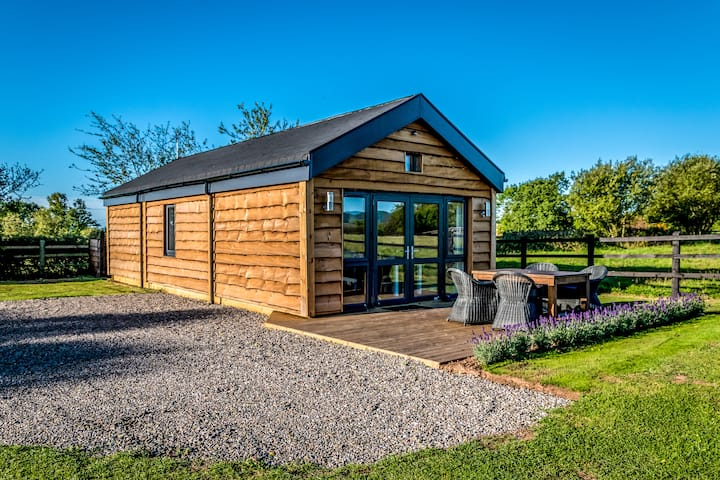 Montana Cabin, Luxury Family Glamping nr Worcester