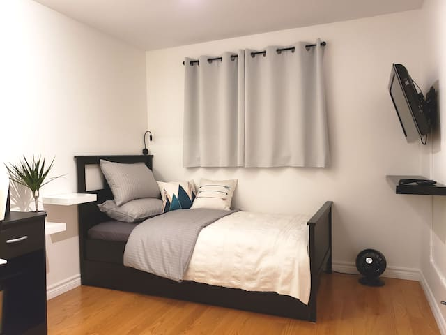 Clean & Cozy Room (NO +Fees, FREE WIFI & PARKING)