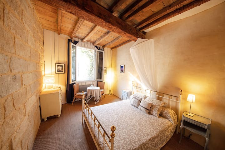 Center of Uzes - Charming B&B - Queen Room