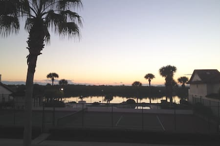 Space Coast townhome w/ river view - Merritt Island - Stadswoning