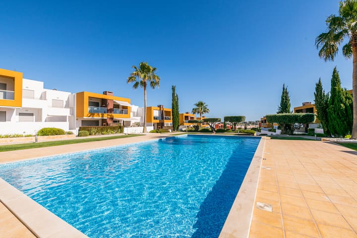 Perfect holiday Algarve 2 bedr. apt. shared pool.