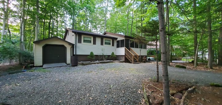 Peaceful 3 bed w/hotub offers Escape from city